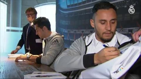Keylor Navas and Álvaro Arbeloa sign autographs for Real Madrid fans in Granada!